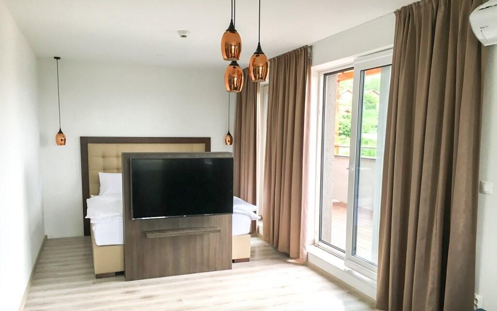 Pohodlná postel a velká televize