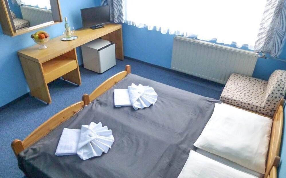 Ubytování je zajištěno v komfortně vybavených pokojích