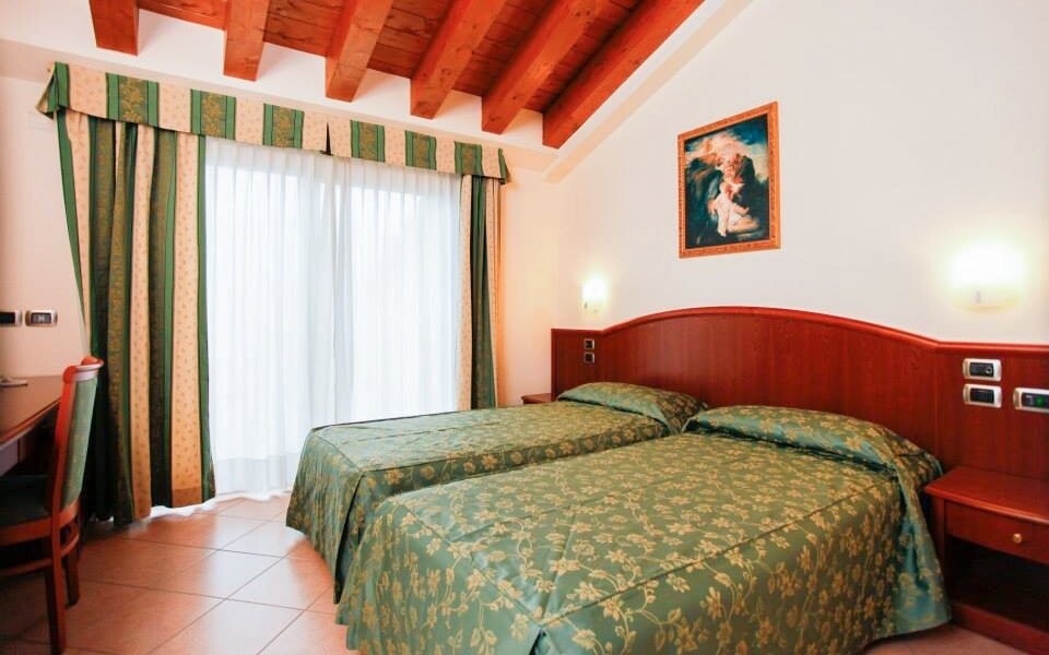 Pokoje jsou zařízené klasickým dřevěným nábytkem