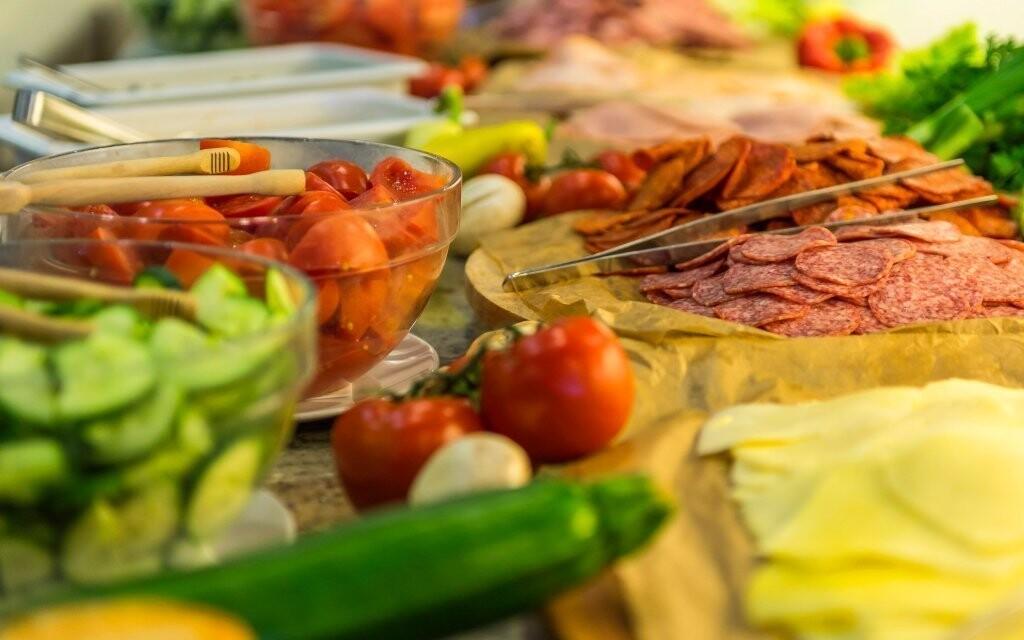 Bohatý výběr jídla na snídani i u večeře