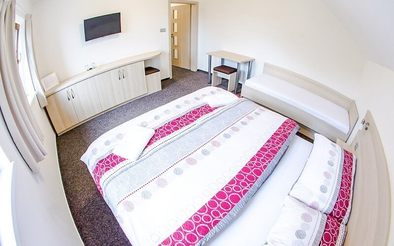 Pokoje jsou moderní a prostorné