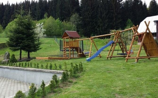 Je tu také dětské hřiště