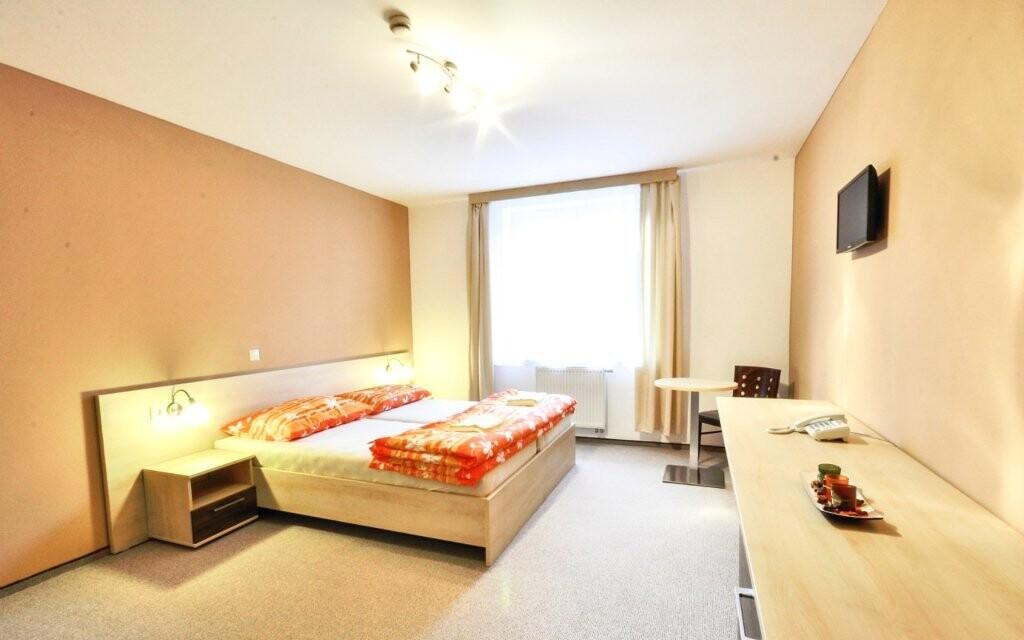 Pokoje jsou prostorné a hezky zařízené