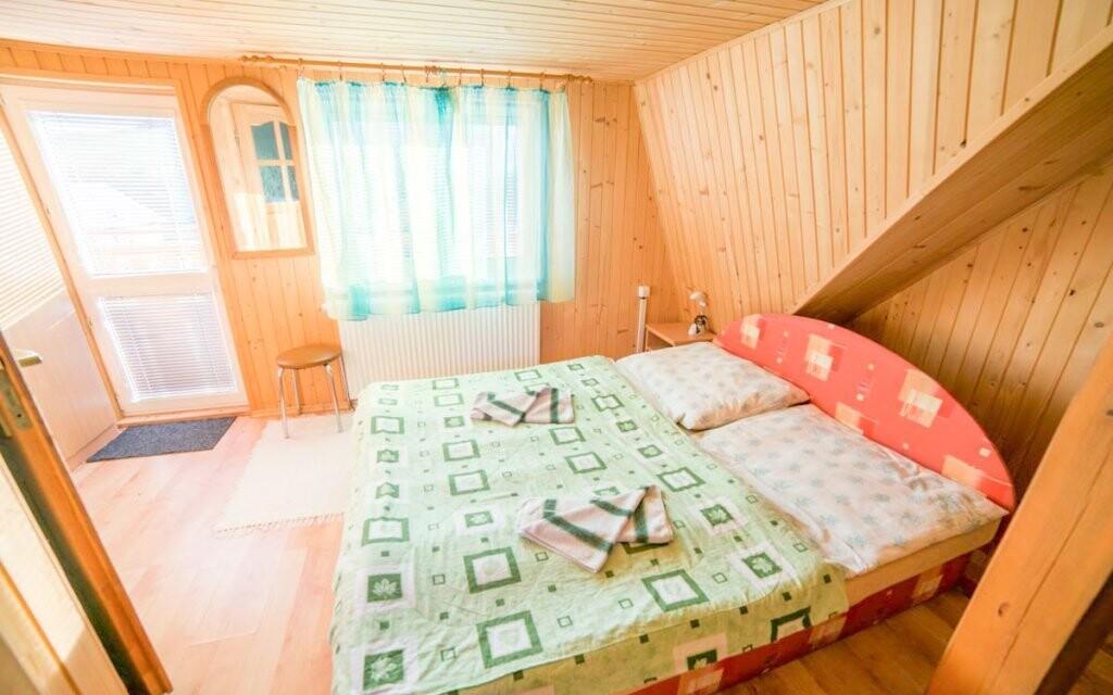 Pokoje jsou komfortní