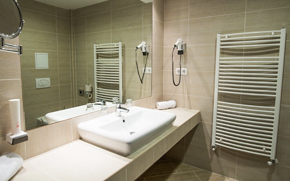 K pokoji patří i koupelna se sprchovým koutem
