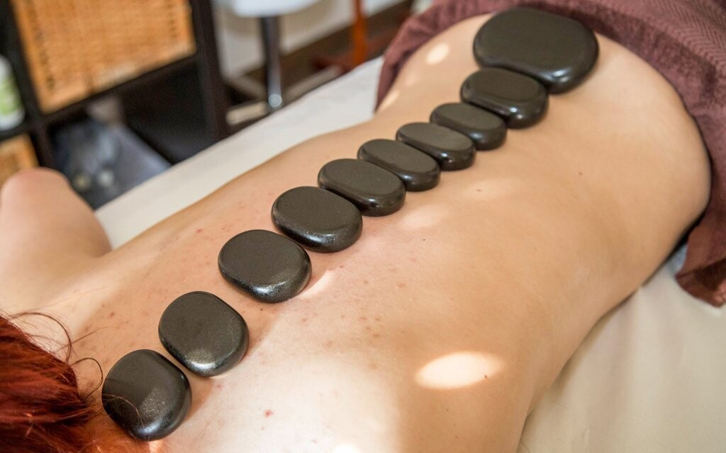 Čeká vás například masáž lávovými kameny