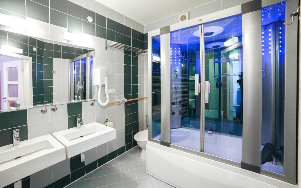 V koupelně najdete masážní sprchu