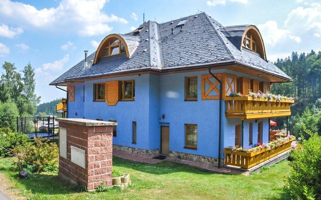 Hotel stojí v klidné lokalitě Krkonoš