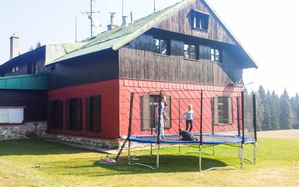 Modrokamenná bouda nese jméno podle skalního útvaru
