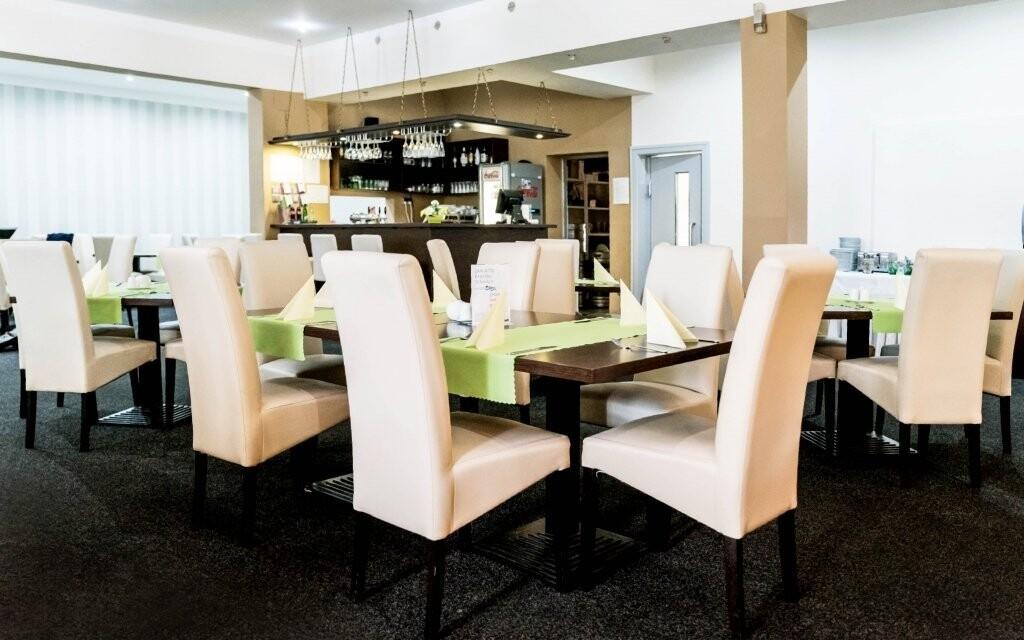 Interiéry restaurace jsou v elegantním stylu