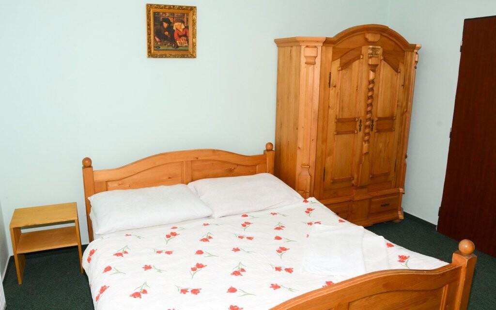 Pokoje jsou komfortně vybavené