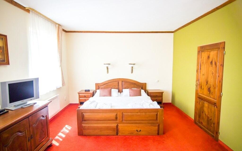 Pokoje jsou vybavené krásným nábytkem z masivu