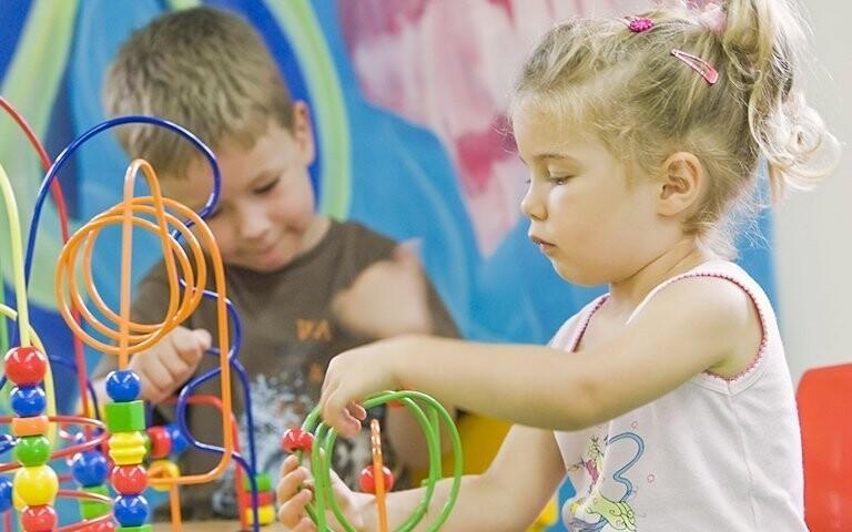 Pre deti je pripravená herňa i vonkajšie ihrisko