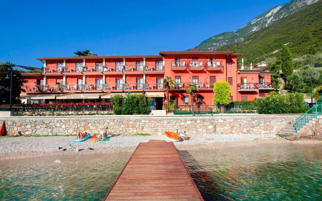 Hotel Rosa *** stojí přímo u jezera
