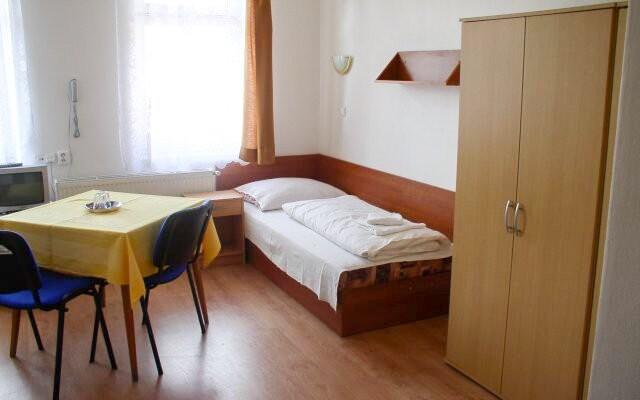 Pokoje jsou útulně zařízené