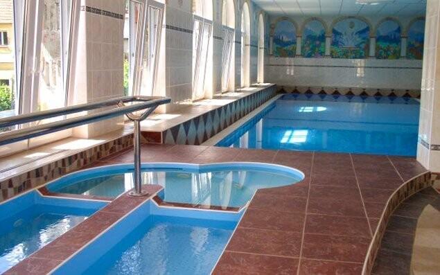 U bazénu je i Kneippův chodník