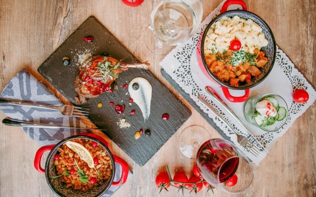 V restauraci se podávají maďarská i mezinárodní jídla