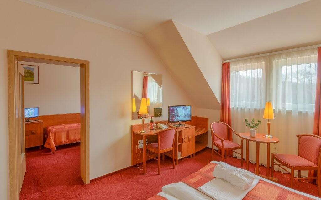 Ubytovaní budete v štýlových izbách so všetkým potrebným