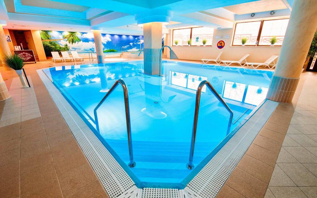 Voda v bazéne má príjemných 28 °C