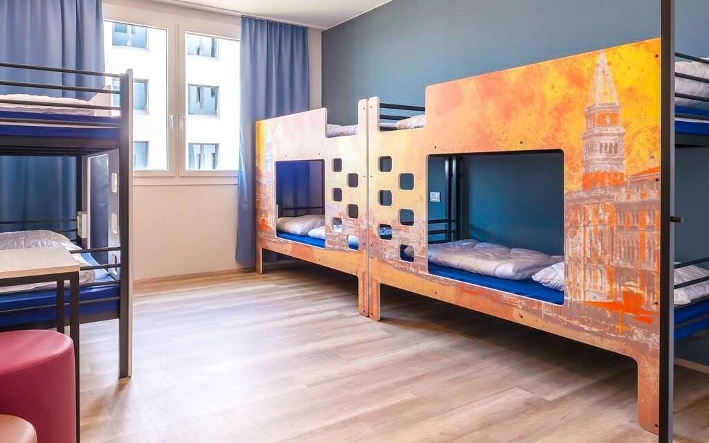 Izby sú moderné a hýria farbami