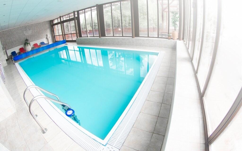 Neomezeně můžete využívat bazén v hotelu Šachtičky
