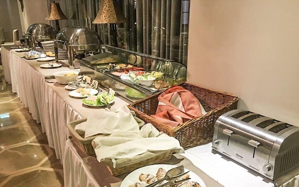 Raňajky formou bufetu v Hoteli Capitulum v Györe