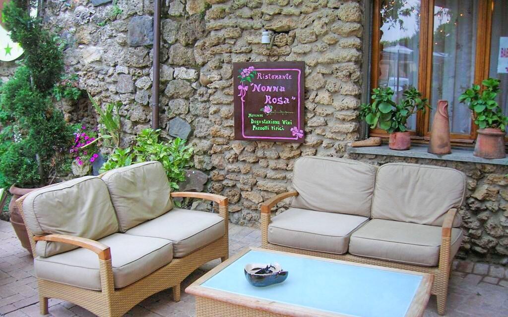Posedieť môžete aj pred hotelom