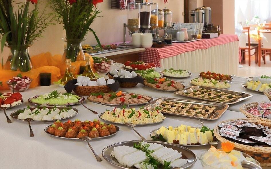 Snídaně a večeře formou bufetu