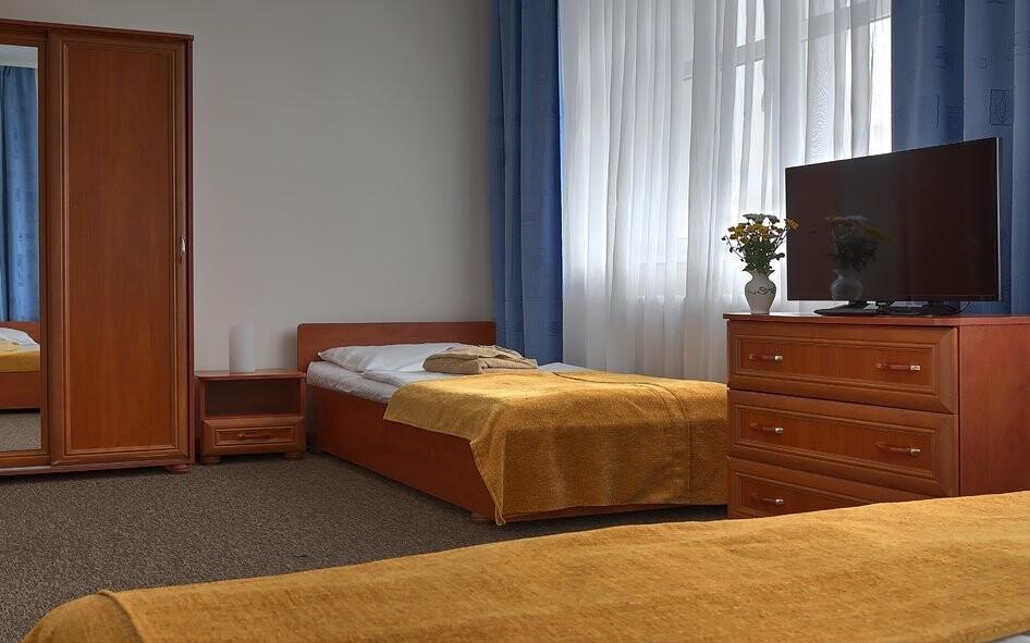 Pokoje jsou zařízeny v teplých přírodních barvách