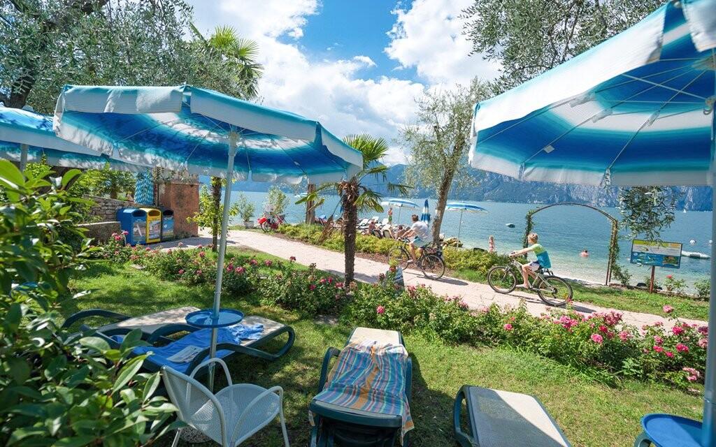 Hotel má u jezera soukromou pláž se zahradou