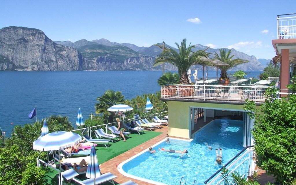 Z terasy hotelu budete mít nádherný výhled do okolí