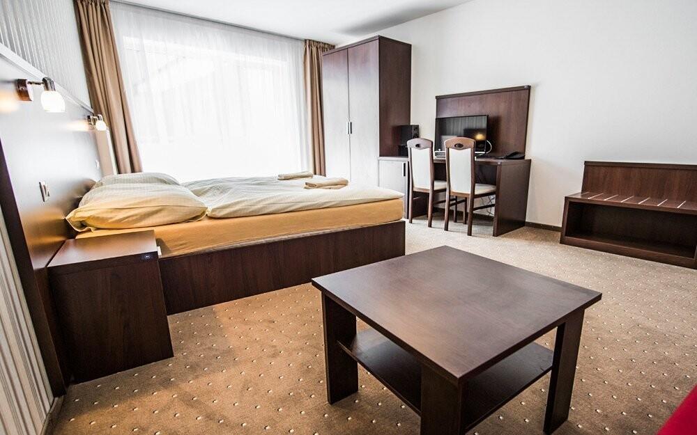 Můžete se ubytovat v pokoji v nové části hotelu