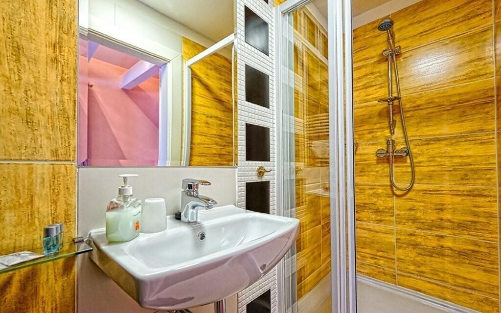 Kúpeľňa pri izbe v Hoteli Modrzewiówka *** Lackorona Poľsko