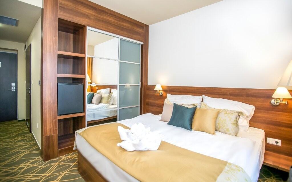 Dvoulůžkový pokoj s nábytkem v Bonvital Hotelu **** v Hevízu
