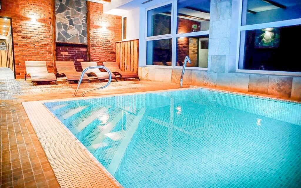 K dispozici je bazén se slanou vodou a protiproudem