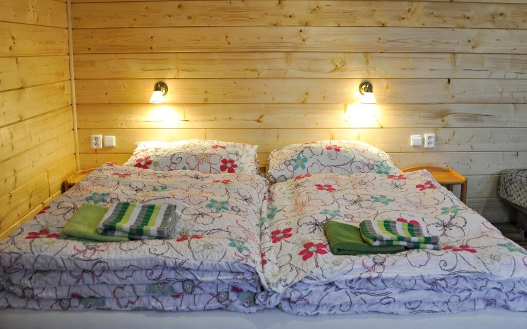 Pohodlná postel v pokoji Penzionu Rankl-Sepp na Šumavě