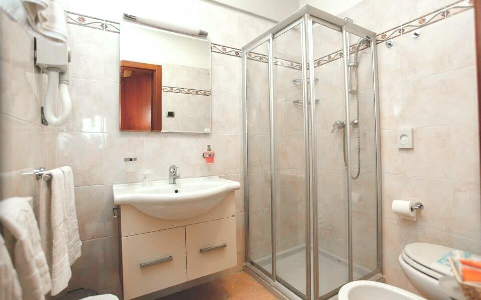 Koupelna pokoje se sprchou, Hotel Garda Family House, Itálie