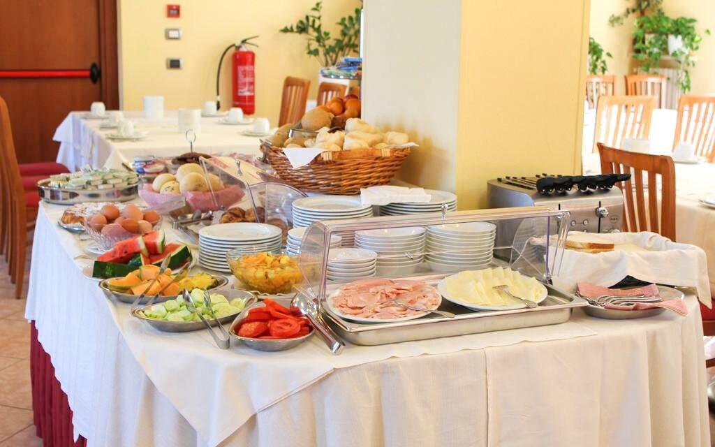 Restaurace, snídaně formou bufetu, Hotel Garda Family House
