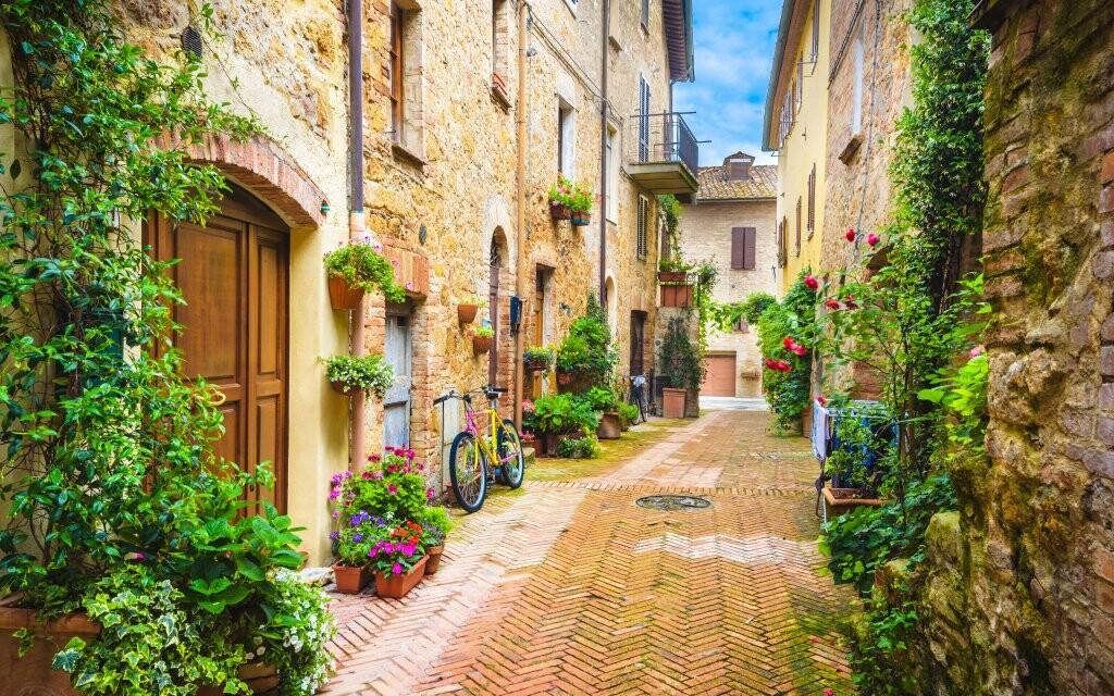 Ulička ve vesničce Pienza, Toskánsko Itálie, turistika