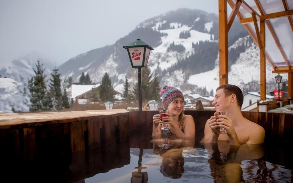Kúpanie v drevenej kadi v Hoteli Sonnhof Rauris ***