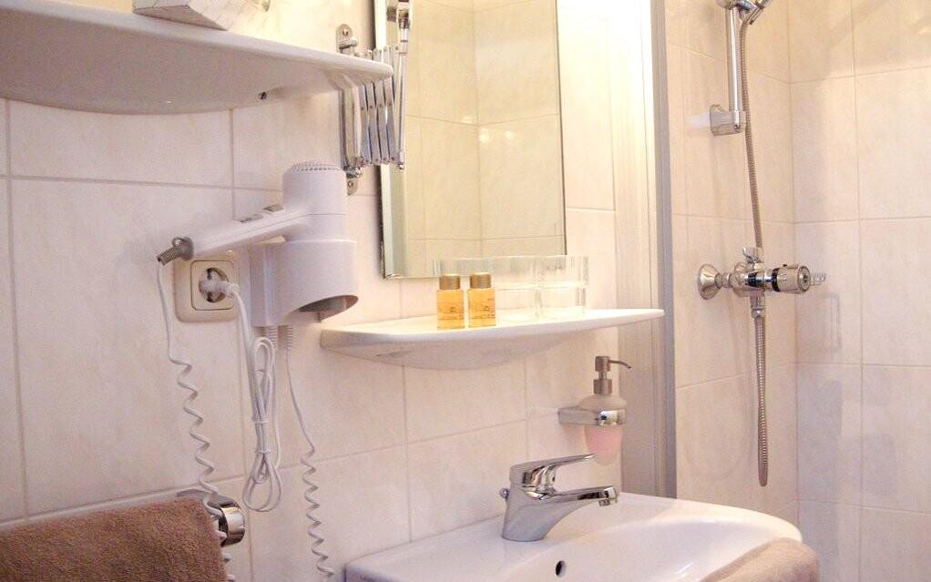 Kúpeľňa v izbe Hotela Staudacher Hof ***, Rakúsko