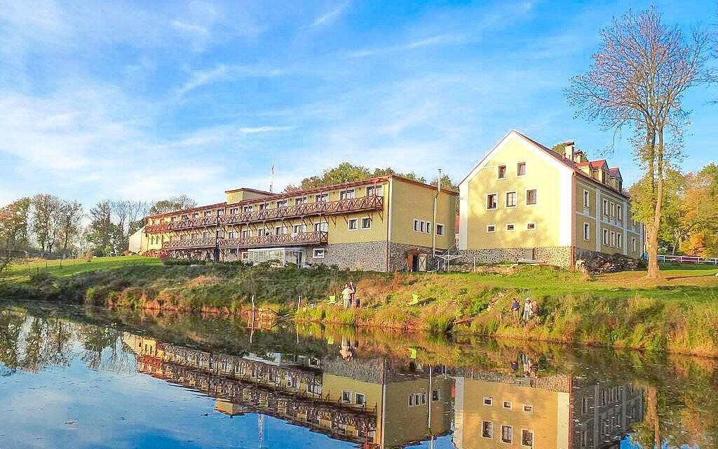 Resort Stein *** pri Františkových Lázňach stojí pri vode