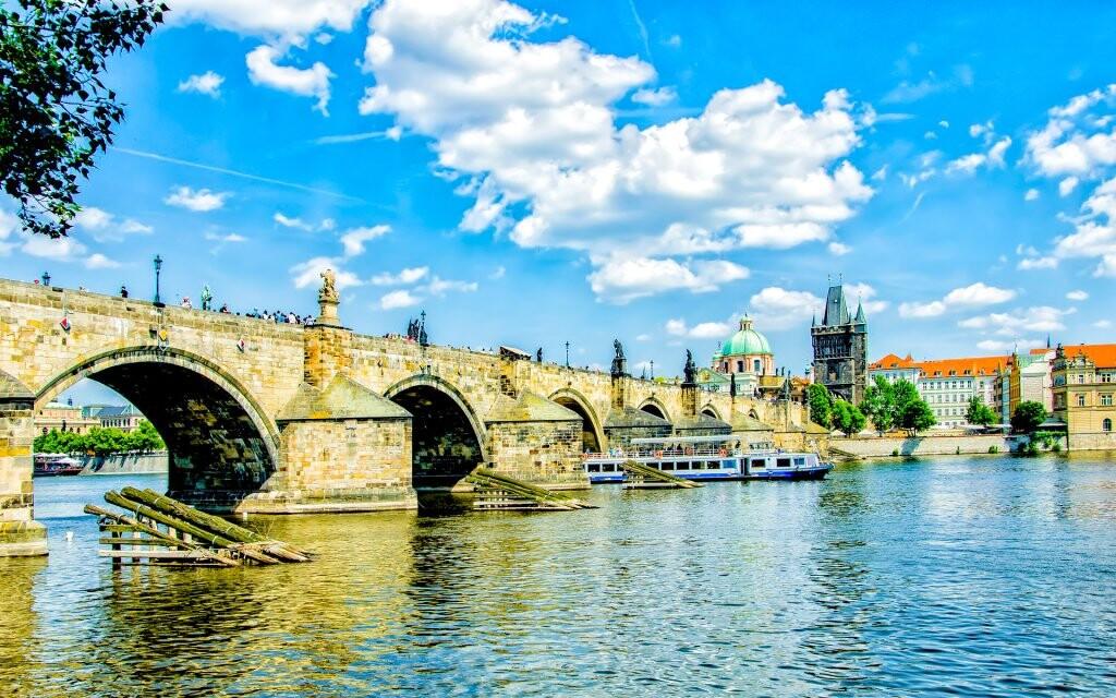 Karlov most plný umelcov a pamiatky v okolí, Praha