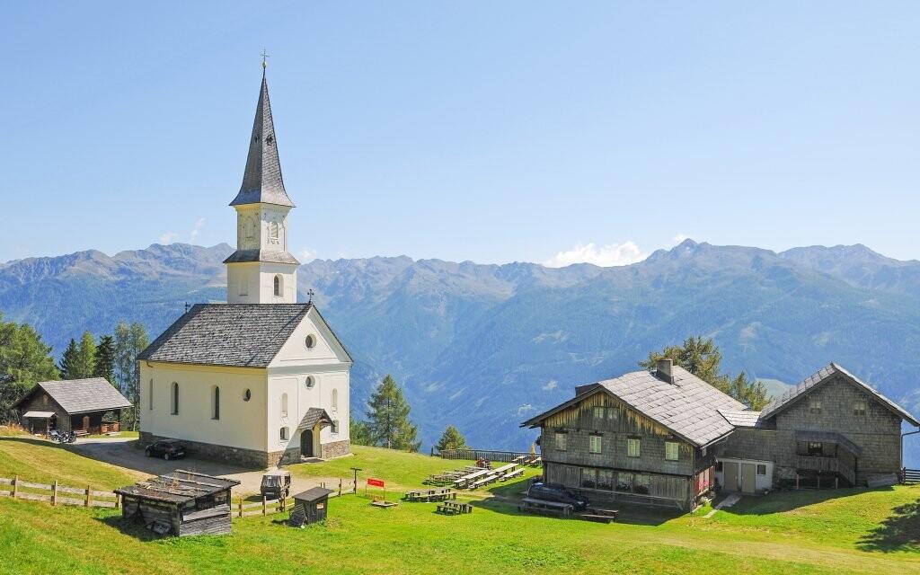 Panoráma s kostolom, rakúske Alpy