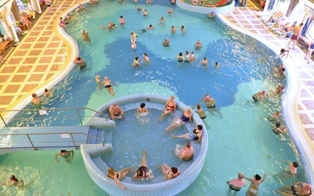 Užijte si areál plný bazénů s termální vodou a atrakcemi
