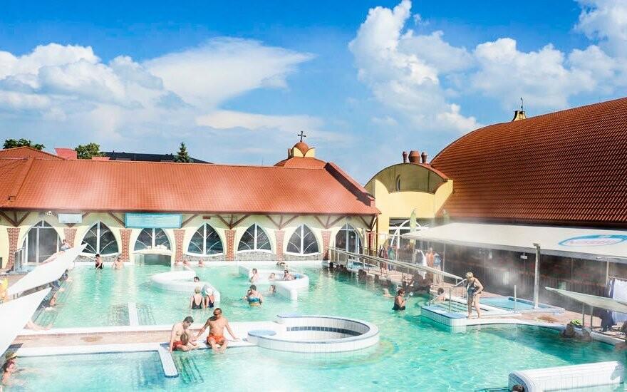 Užite si areál plný bazénov s termálnou vodou a atrakciami