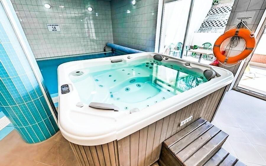 Wellness, vírivka, bazén, Hotel Bagoly Fogadó, jazero Gyömrő