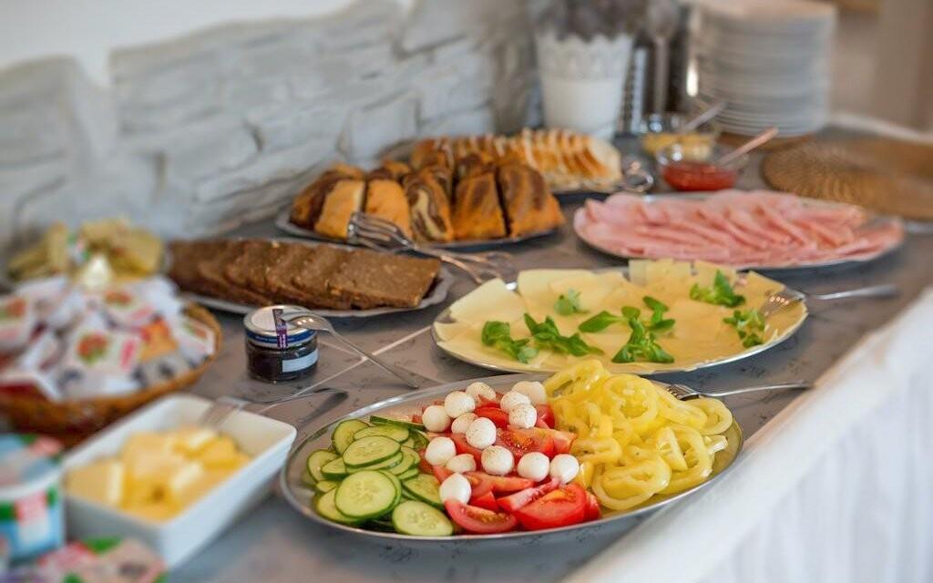 Bohaté snídaně, Pension Bertrand, Pruggern, Rakousko, Alpy