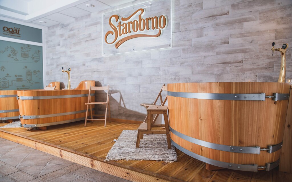 Užite si pivný kúpeľ v drevenej kadi