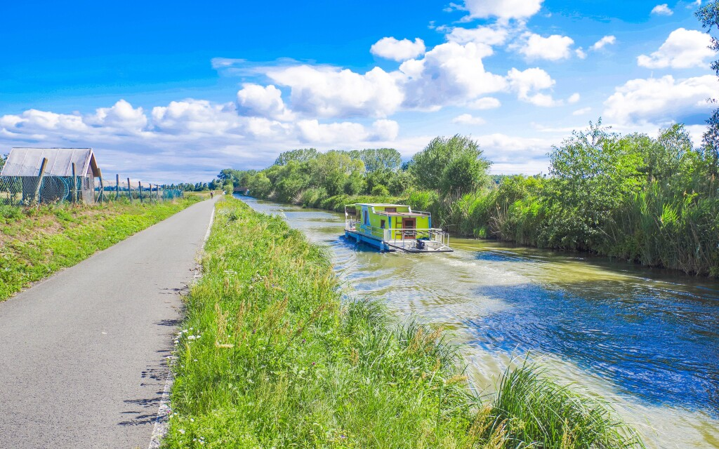 Projeďte se podél Baťova kanálu na kole
